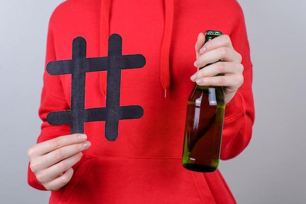 친구 회사 휴식 진정 휴식 중독 알코올 중독 십대 온라인 인터넷 개념을 휴식. 사람 청소년 보류의 자른 근접 촬영 사진은 유리 착용 빨간 스웨터 고립 된 회색 벽을 제공합니다