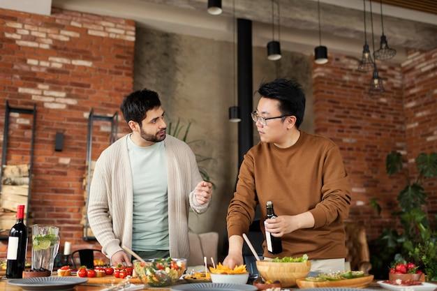 ミディアムショットを一緒に料理する友達