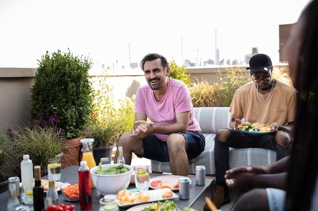 바베큐에서 함께 요리하는 친구들