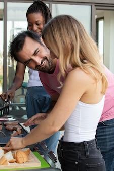 Друзья готовят вместе на барбекю