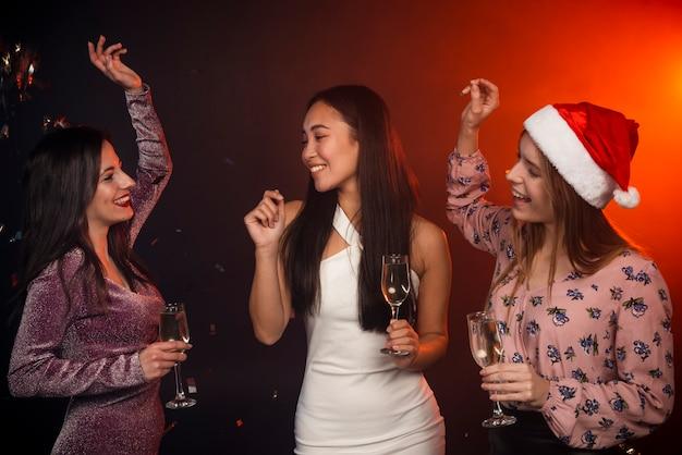 Друзья танцуют на новогодней вечеринке