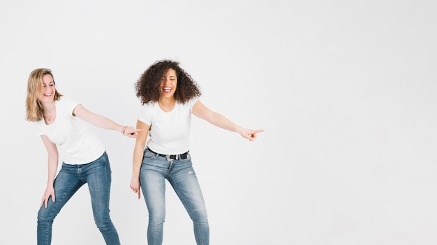 Amici che ballano la discoteca