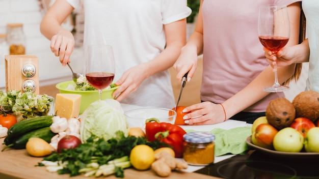 友達が一緒にダイエット。健康的な食生活。余暇を調理する女性。