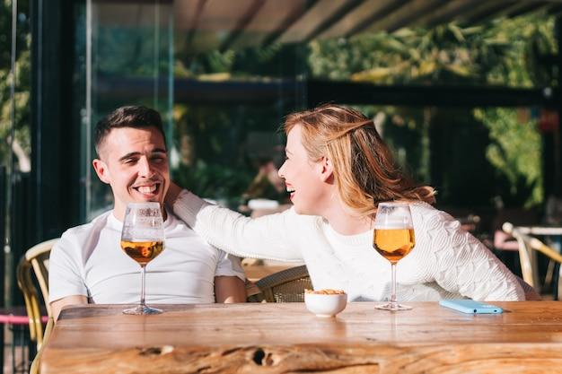 中小企業をサポートする屋上バーでビールを飲む友人。男性と女性がパブで一緒にハッピーアワーを過ごす本物の友情ライフスタイルのコンセプト