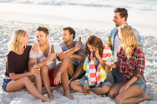Друзья пьют пиво на пляже