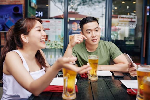 ビールを飲む友人