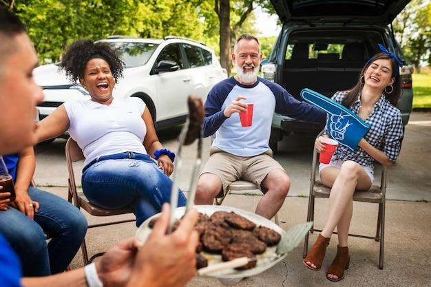 Amici che bevono e mangiano a una festa sul portellone