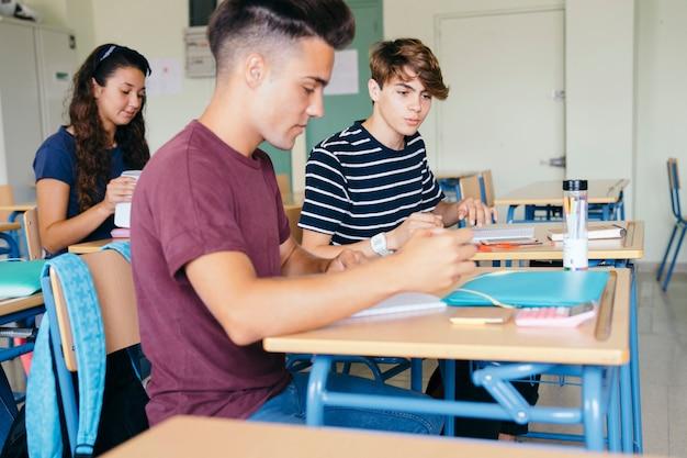 Amici durante la classe