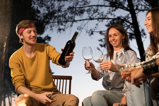 Amici al tramonto che bevono del vino