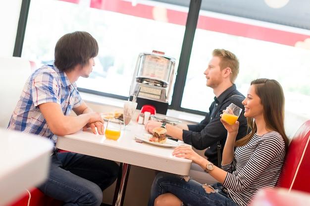 食堂で食べる友達