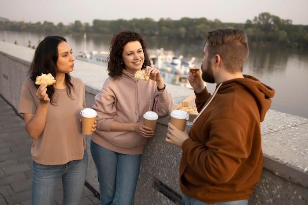 Друзья едят уличную еду