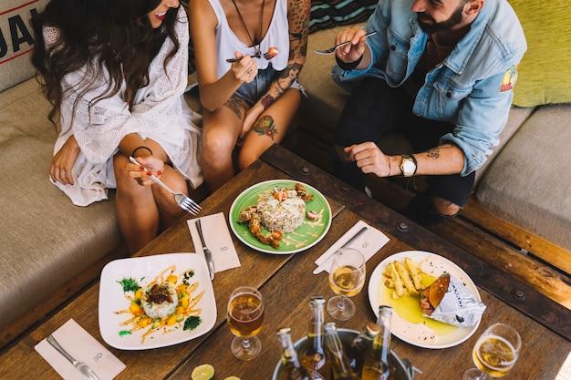 Друзья едят вкусные блюда