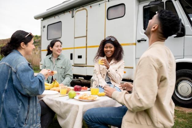 ミディアムショットを一緒に食べる友達