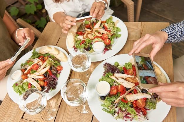 Друзья, наслаждаясь обедом в ресторане