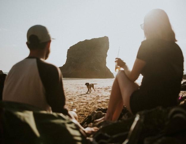 강아지와 함께 해변에서 즐기는 친구들