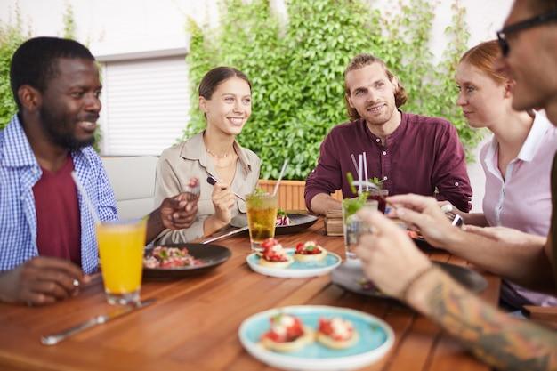 カフェでランチを楽しむ友達