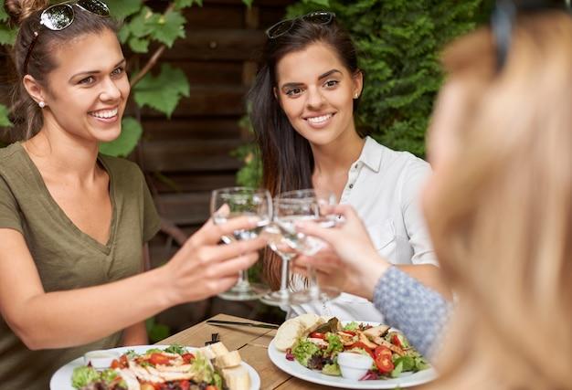 Amici gustando un pranzo in un ristorante