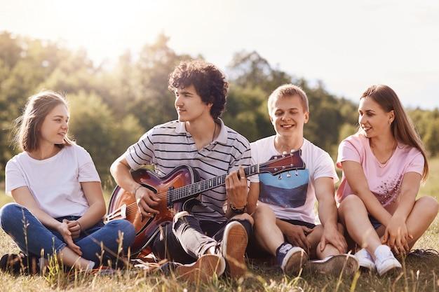 Друзья любят петь песни, проводить время вместе