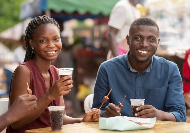 Друзья наслаждаются уличной едой