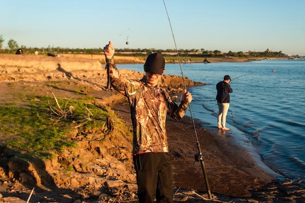 Друзья на рыбалке. хорошо провести время на берегу реки.