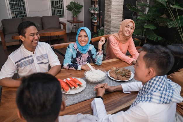集まる友達がイフタールの食事を楽しむ