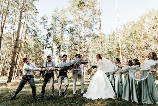 친구 신랑과 신부 들러리가 신혼 부부를 안고
