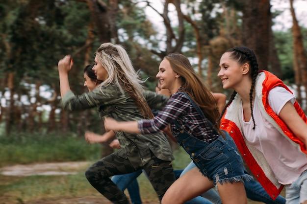 友達グループランニング競技コンセプト。ライバル精神、自然の観光レジャー。