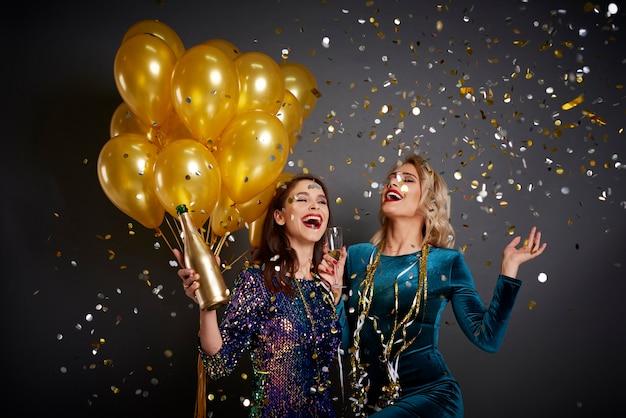 Друзья веселятся в канун нового года