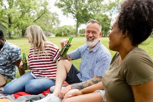 公園でピクニックをしている友達 無料写真