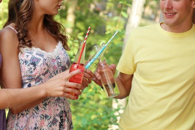 Друзья веселятся и пьют в лагере