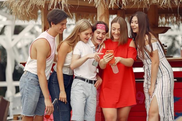 Amici che si divertono su una spiaggia con bevande
