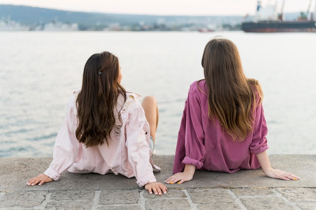 Amici che si divertono in riva al lago