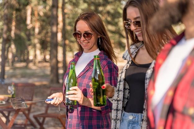 Amici divertendosi e bevendo birra