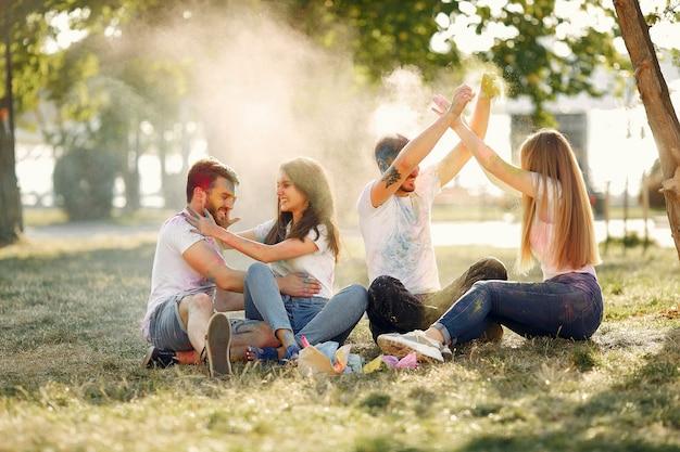 ホーリー絵の具で公園で楽しんでいる友人