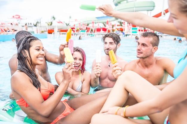 Друзья веселятся в бассейне