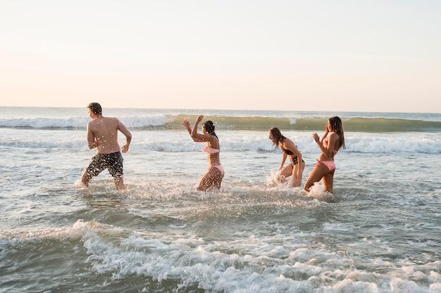 Друзья веселятся в воде
