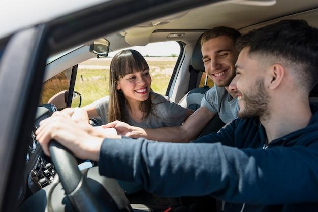 Друзья веселятся в машине
