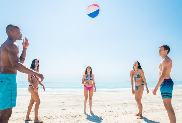 Друзья веселятся на пляже