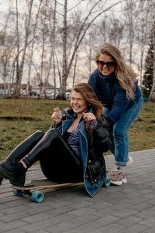 Amici che si divertono all'aperto con gli skateboard
