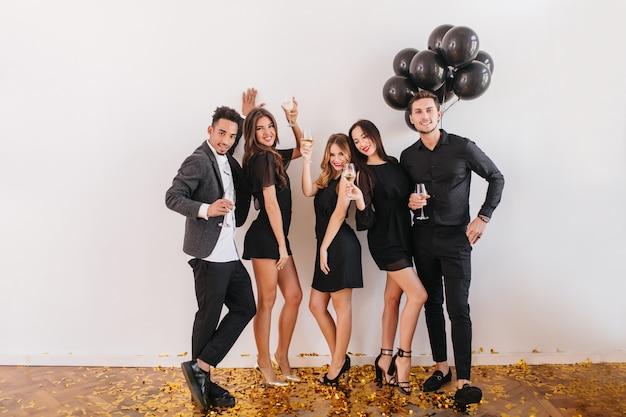 Amici che si divertono alla festa