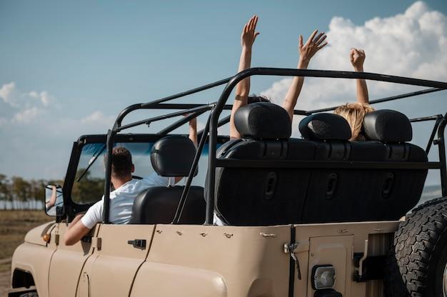 Amici che si divertono insieme e viaggiano in macchina