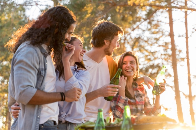 Друзья обедают на открытом воздухе с пивом