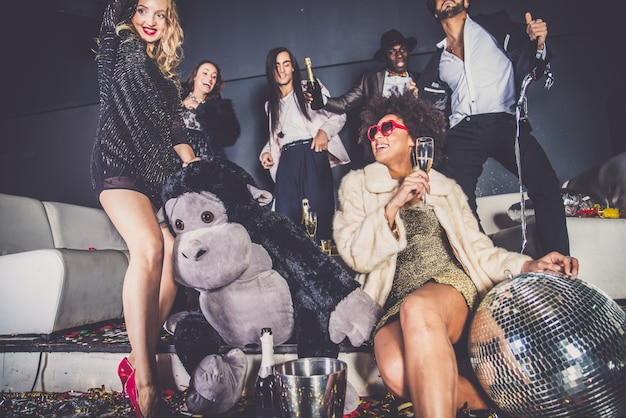ナイトクラブでパーティーを持つ友人