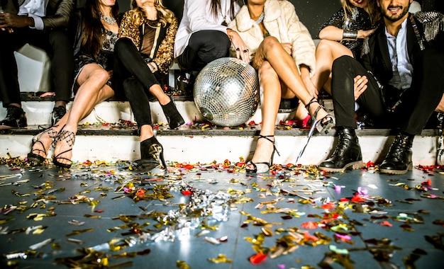Друзья устраивают вечеринку в ночном клубе