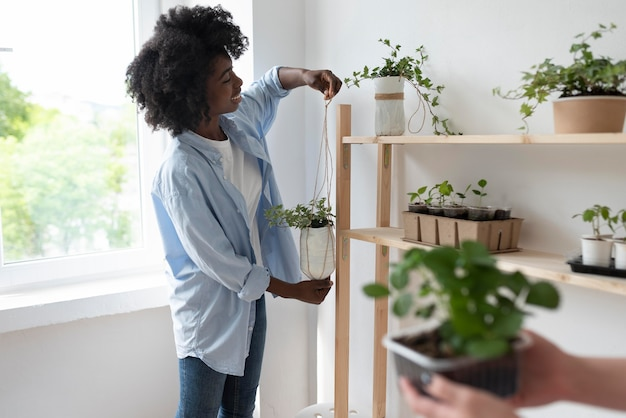 Amici che hanno un giardino sostenibile in casa