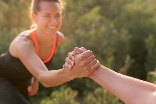 Друзья помогают друг другу восхождение