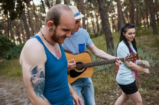 친구 등산객 기타 음악은 자연 개념을 걷습니다. 여행자의 라이프 스타일. 하이킹의 행복한 순간.