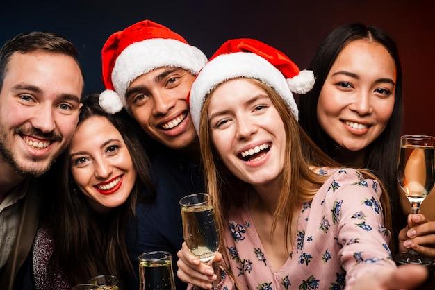 Друзья держат бокалы с шампанским на новый год