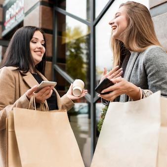 Друзья держат бумажные покупки