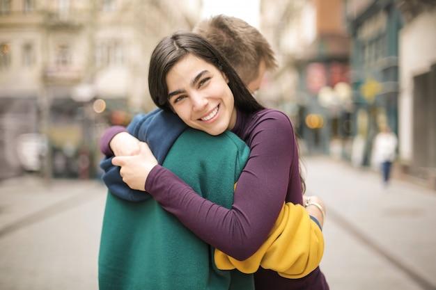 通りで抱き締める友人